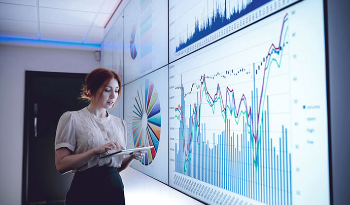 Businesswoman-studying-graphs-on-screen